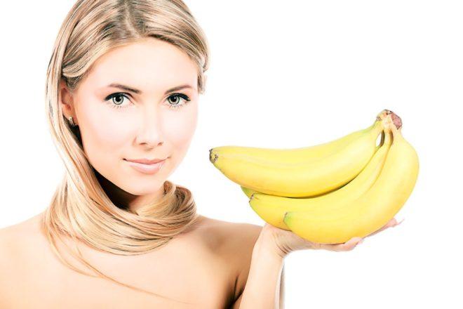 Девушка держит бананы